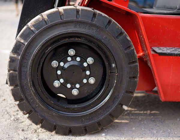 Chăm sóc cho lốp xe nâng của bạn khi trời nóng